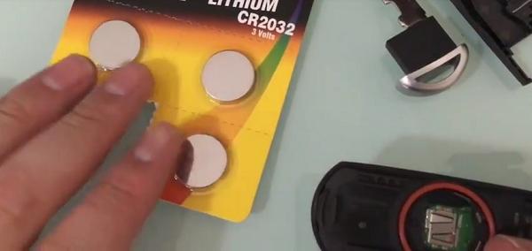 Hướng dẫn cách thay pin chìa khóa thông minh trên xe Mazda 3