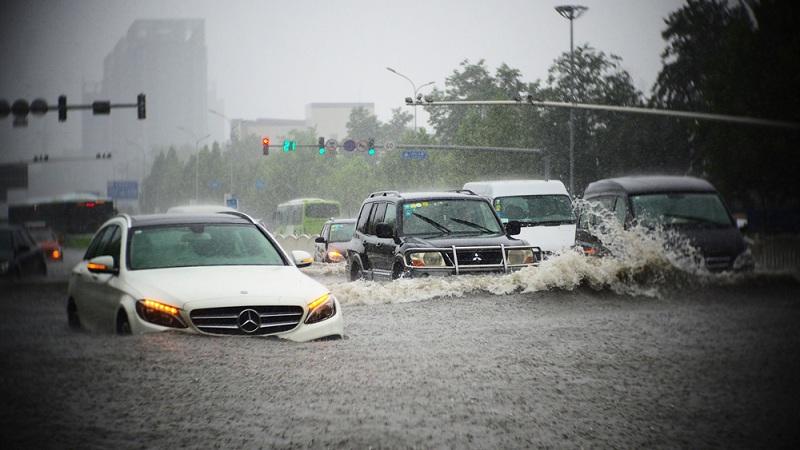 Tuyệt chiêu lái xe ô tô mùa mưa của các chuyên gia