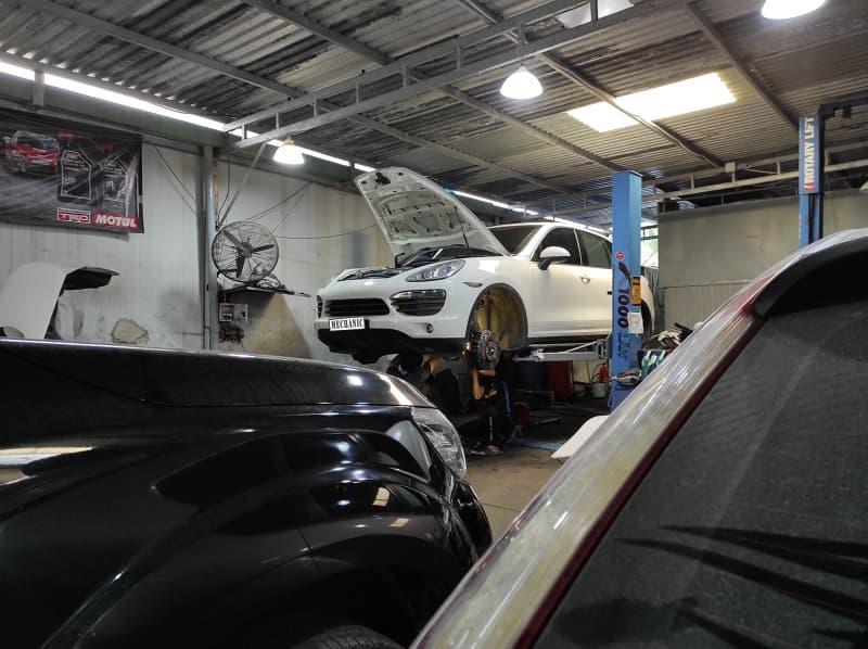 Sự khác biệt với garage oto chuyên sửa xe châu Âu và châu Á
